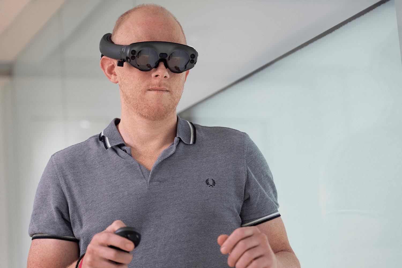 Le Dr Morten Ziebell, du Rigshospitalet au Danemark, fait une démonstration du Mixed Reality Viewer Brainlab