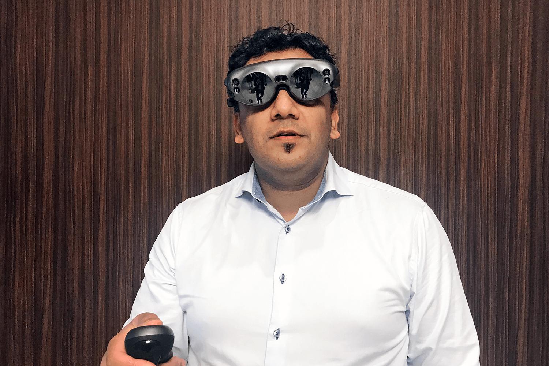 Prof. Majeed Rana, Universitätsklinikum Düsseldorf, Germany demonstrates Brainlab MR Viewer