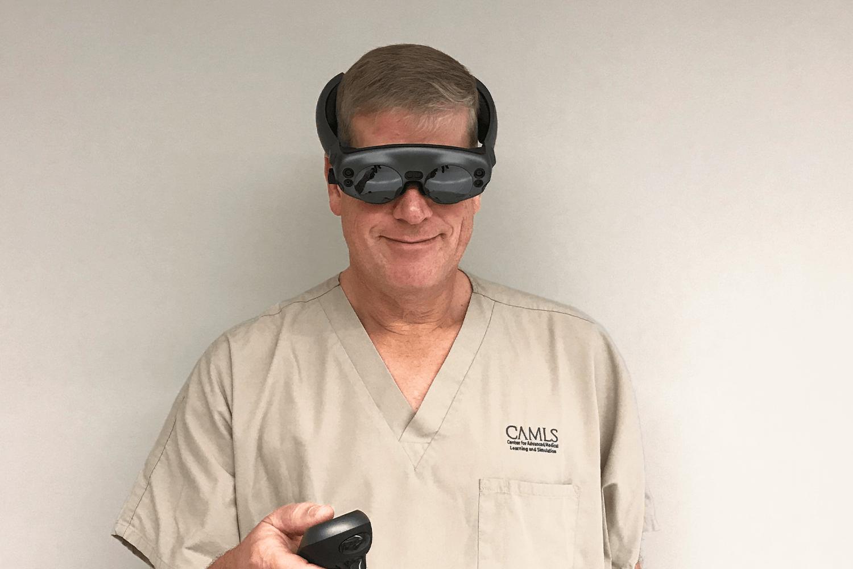 Le Pr Bradley Strong du Centre médical universitaire UC Davis Health, aux États-Unis, fait une démonstration du Mixed Reality Viewer Brainlab