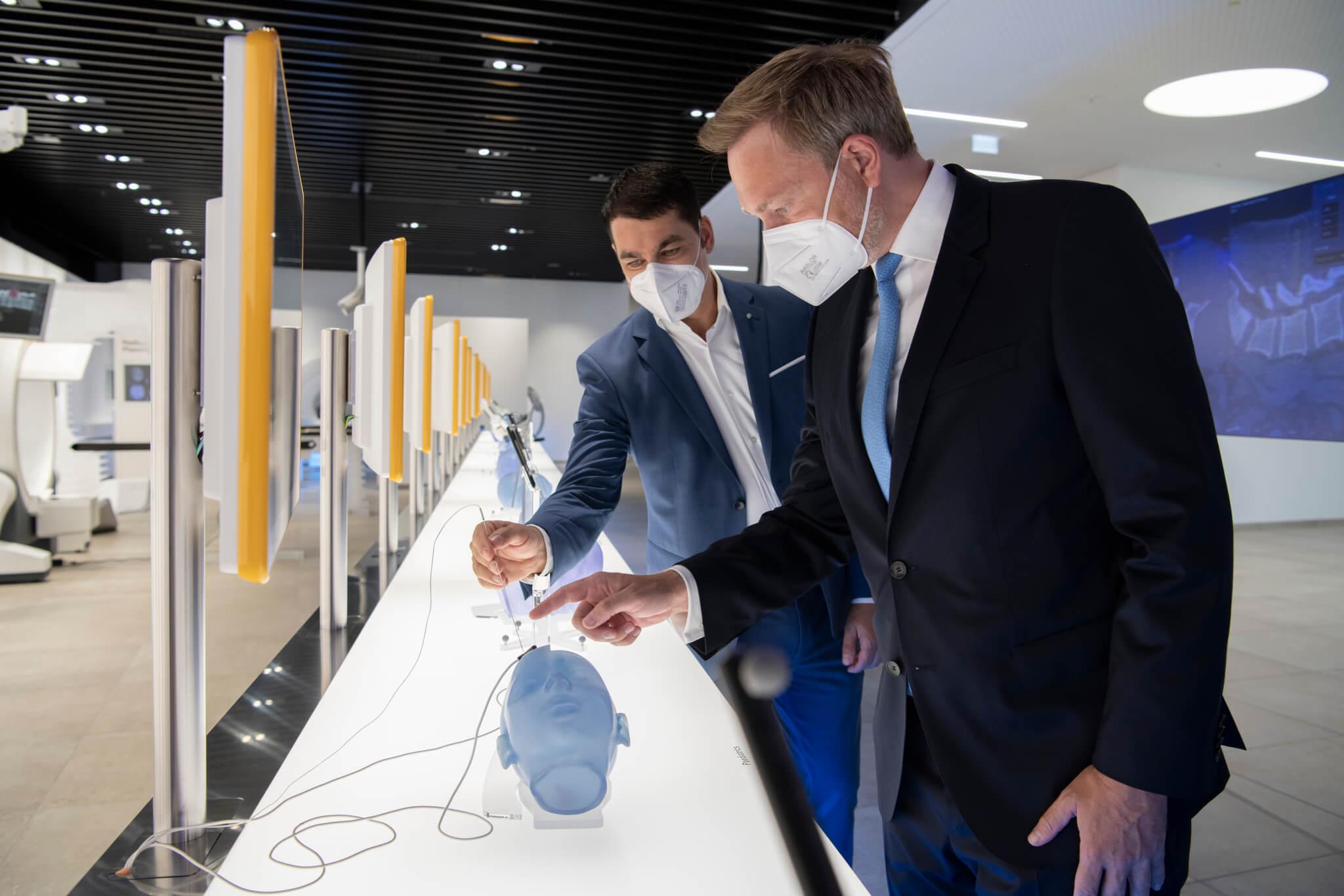 FDP-Fraktionsvorsitzender Christian Lindner informiert sich über die Digitalisierung der Chirurgie mit Stefan Vilsmeier